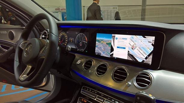 hybridforms-mercedes-e-klasse-windows-10-mobile-continuum-im-auto[1]