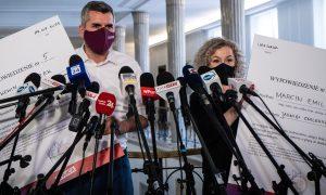 Posłowie Lewicy tworzą mapę nepotyzmu PiS iwręczają rodzinom polityków wypowiedzenia
