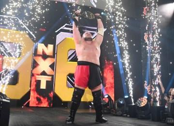Samoa Joe com o cinturão no NXT Takeover