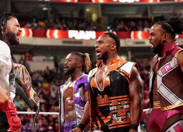 Roman Reigns discutindo com a New Day no RAW