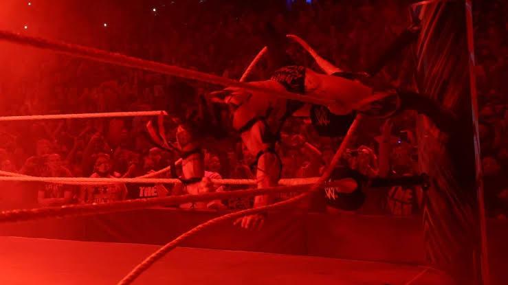 रोमन रेंस (Roman Reigns) Vs डिमन फिन बैलर (Demon Finn Balor) मैच के दौरान रस्सी काटते हुए पकड़े गए कैमरामैन।