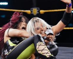 黒に変身したWWE参加 NXT女子の紫雷イオ キャンディス・レラエと対戦