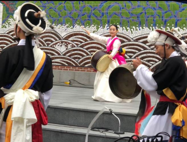 Korean drummers in their glorious traditional costumes