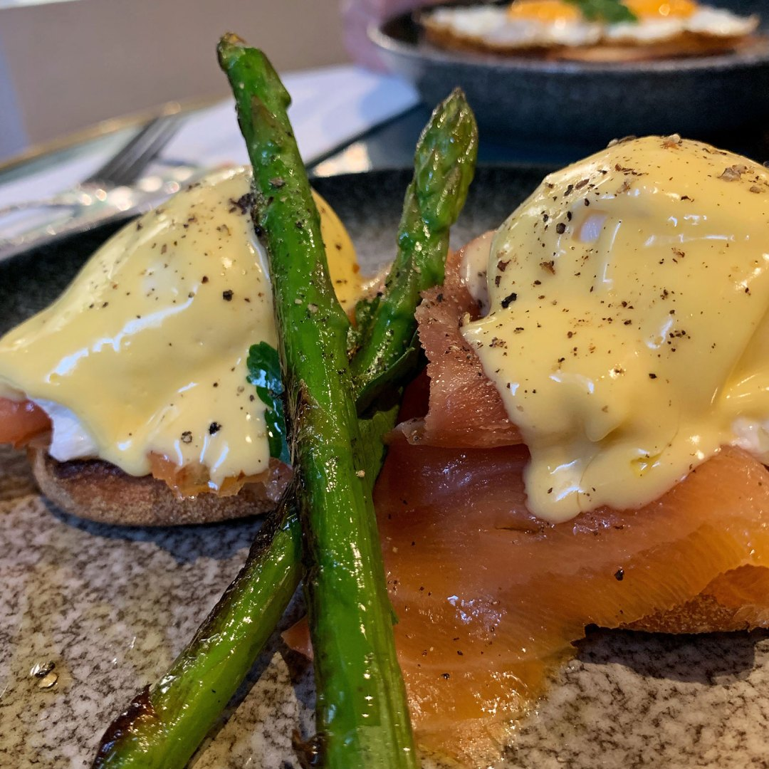 poached eggs, brekky, breakfast, asparagus, eggs benedict, smoked salmon,