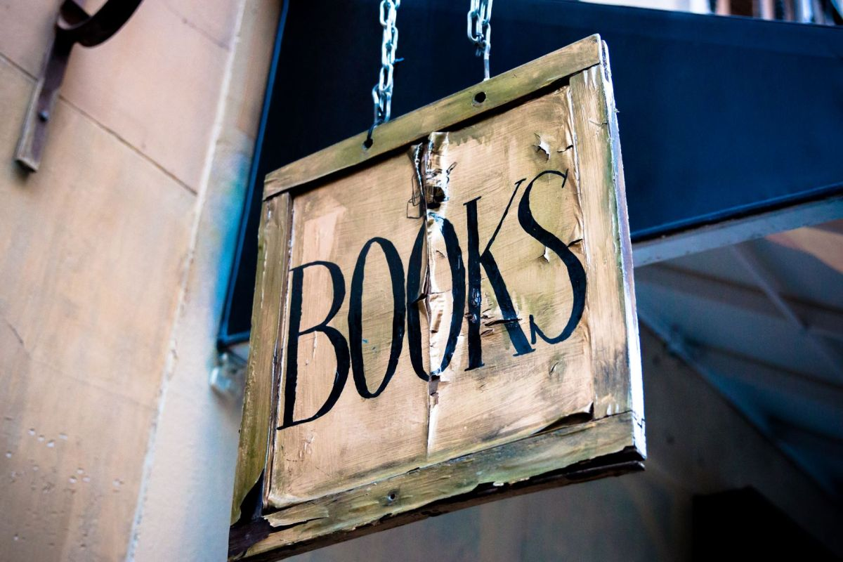 Photo by César Viteri on Unsplash of a bookstore sign