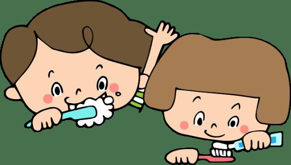 歯を磨く子どもたち
