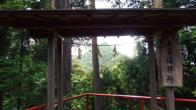 武蔵御嶽神社から奥の院を望む