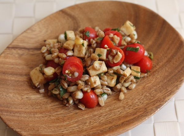 wheatberry salad recipe with smoked cheese and tomatoes | writes4food.com