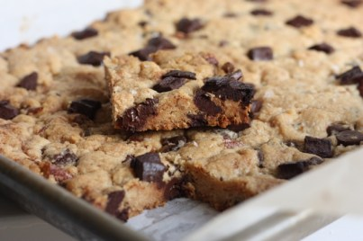 best chocolate chip bar cookies EVER | writes4food.com
