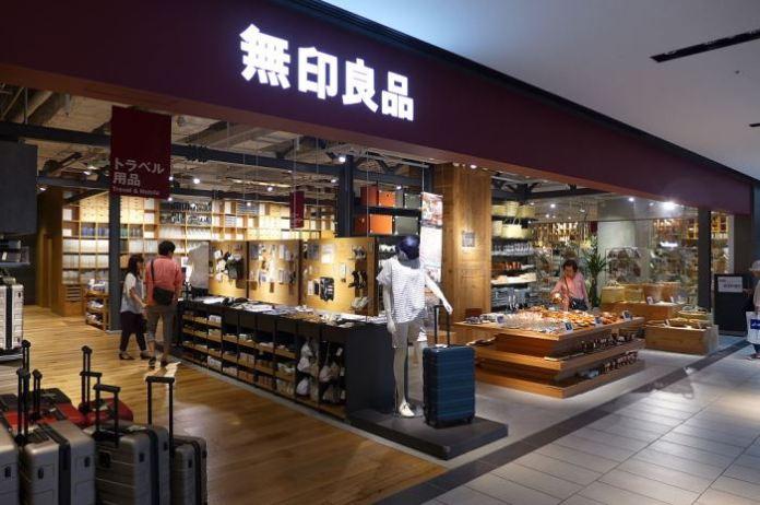 หน้าร้าน MUJI ที่ Grand Front Osaka (ภาพโดย Wpcpey (wing1990hk) สัญญาอนุญาต CC-BY 3.0)