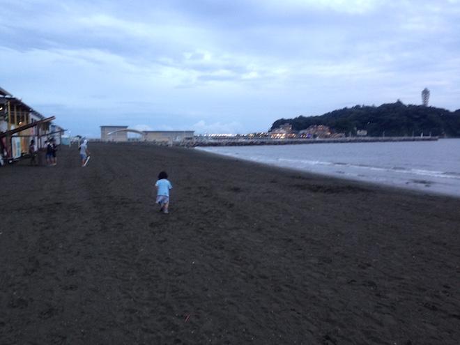 砂浜を走る娘