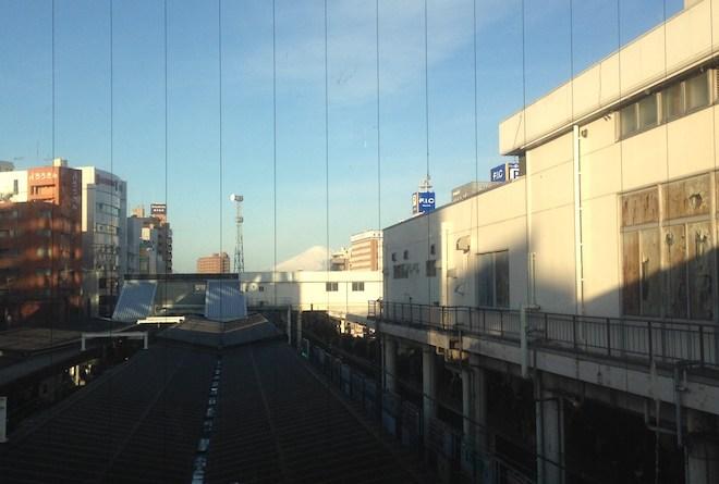 藤沢駅から見た冠雪した富士山