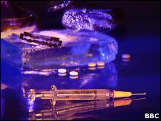 Шприц, таблетки и кокаин