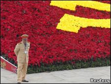 Hoa xếp hình cờ đảng cộng sản nhân Đại hội XI