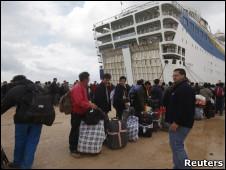 Tàu đưa người di tản bằng đường thủy từ thành phố Benghazi