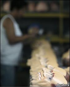 Fábrica de máscaras no Brasil (Foto: Reuters)