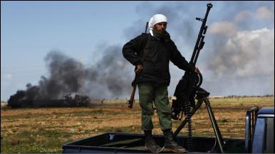 mpinzani na bunduki yake karibu na Benghazi