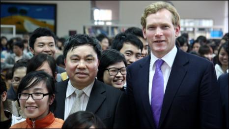 Sinh viên và Thứ trưởng Ngoại giao Anh Jeremy Browne và Thứ trưởng Bộ thông tin và truyền thông Việt Nam Đỗ Quý Doãn
