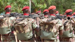 Des soldats burkinabé en parade