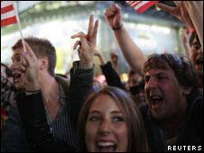 Dân chúng reo hò trên Quảng trường Times ở New York