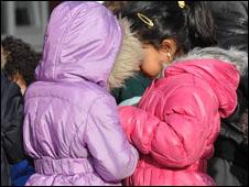 Meninas em escola britânica (Foto: BBC)