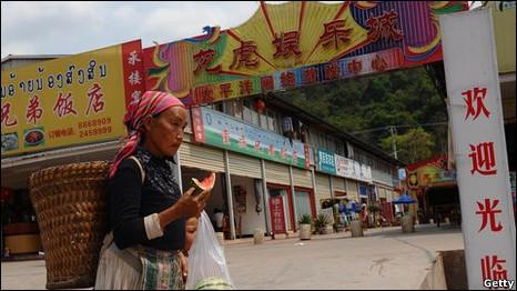 Một phụ nữ Lào tại Boten, Lào, trên đường phố toàn các cửa hàng của người Hoa