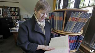 Martha Roth, editora do dicionário, folheia um dos volumes