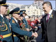 Tổng thống Victor Yanukovich (phải)
