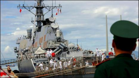 Tàu chiến mang tên cha ông McCain thăm Việt Nam hồi 2010