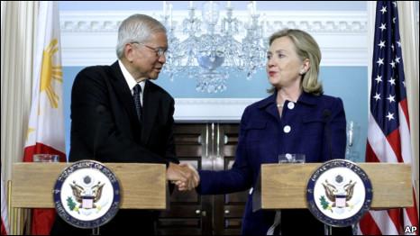 Ông Del Rosario và bà Clinton tại cuộc họp báo chung 23/06/2011