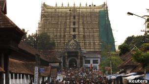 Fiéis no templo de Sree Padmanabhaswamy.