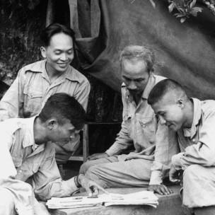 Tướng Võ Nguyên Giáp và Chủ tịch Hồ Chí Minh ở Việt Bắc năm  1950-hình tư liệu của Getty Images