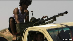 Fuerzas anti Gadafi avanzan hacia Sirte