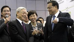 Phó Thủ tướng Lý Khắc Cường giới thiệu trung tâm khoa học Trung Quan Thôn với Tổng Bí thư Việt Nam