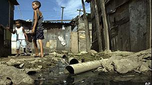 Áreas de favela geralmente são as mais afetadas por falta de rede de esgoto (Arquivo/AP)