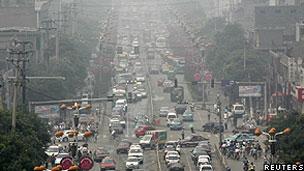 Trânsito e fumaça em rua da China (Reuters)