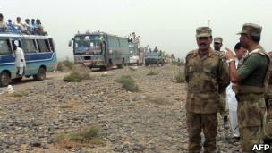 Soldados paquistaneses em área tribal do país, em foto de outubro (AFP)