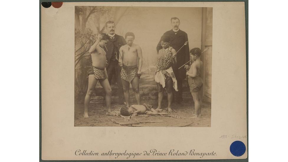 Tribo Boschiman (Botswana, Namíbia e África do Sul) sendo exibida na França. Foto: coleção de antropologia do príncipe Roland Bonaparte/Museu do Quai Branly
