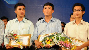 Nhà báo Hoàng Khương (ở giữa) khi nhận giải thưởng báo chí hồi năm ngoái