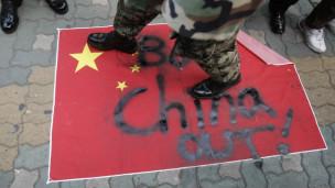 Người biểu tình Hàn Quốc dẫm đạp cờ Trung Quốc