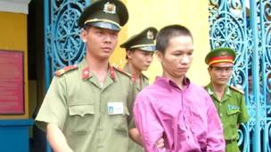 Luật sư bất đồng Trần Quốc Hiển trong một phiên tòa ở thành phố Hồ Chí Minh vào năm 2007