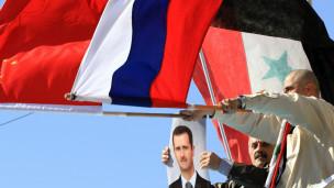 Người ủng hộ chính phủ Syria vẫy cờ Nga và Trung Quốc