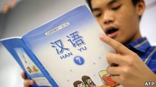 Jovem estuda mandarim em Jacarta, na Indonésia. | Foto: AFP
