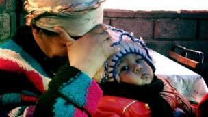 Una mujer uzbeca con su hijo