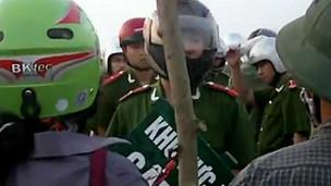 Cảnh sát đối mặt với người dân Văn Giang hôm 24/4