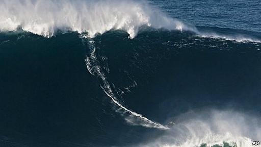 Surfista sobre la ola más grande del mundo
