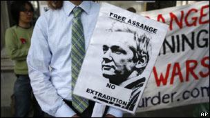 Simpatizante de Assange pide su libertad.