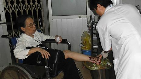 Bà Hiền Đức được chăm sóc vết thương