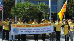 Người gốc Việt tụ tập trước tòa xử ông Lý Tống