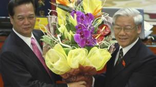 Chủ tịch Quốc hội Nguyễn Phú Trọng chúc mừng tân Thủ tướng Nguyễn Tấn Dũng